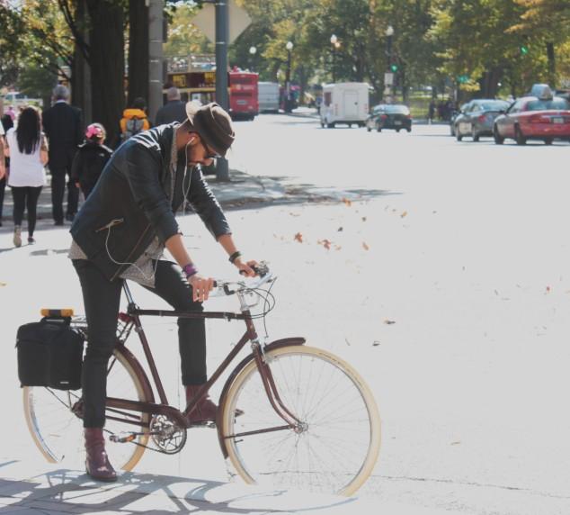 Rapaz com sua bici no centro de Washington DC. Foto Gil Sotero